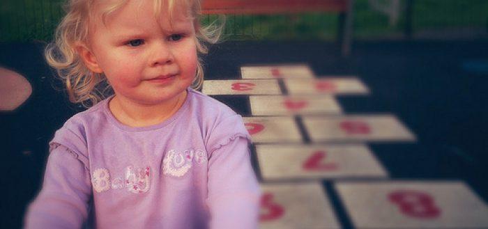 Erziehungsratgeber - Kind beim Spielen